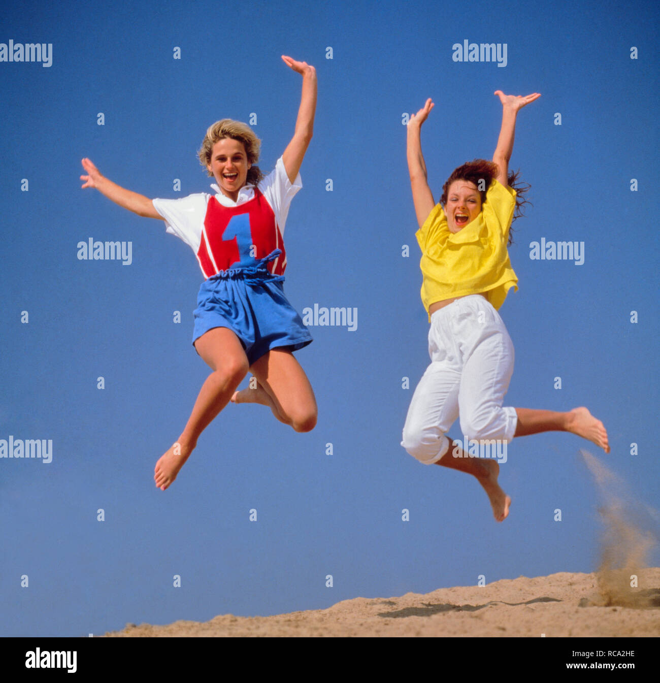 zwei junge Frauen machen Luftsprung   two young women jumping in the air *** Local Caption *** Modelrelease vorhanden   model release available - Stock Image