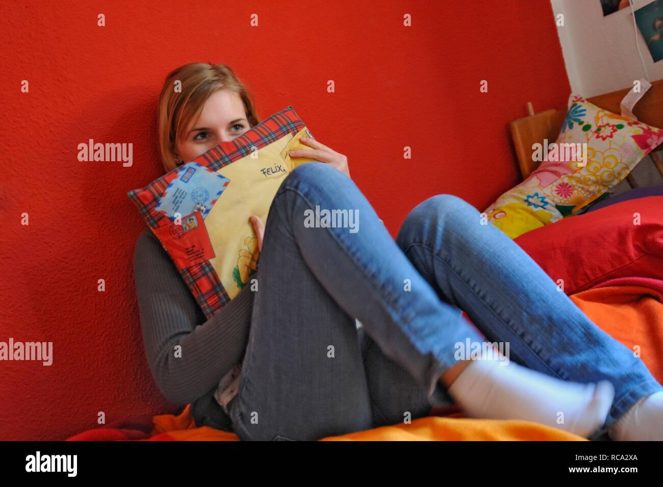 jugendliches Mädchen verträumt in ihrem Zimmer | young female teenager in a dreamy mood in her room Stock Photo
