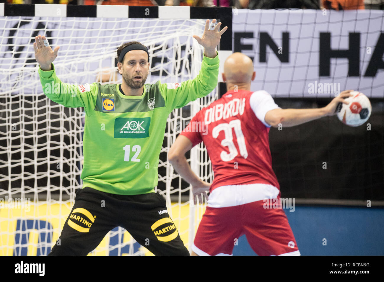 goalkeeper Silvio HEINEVETTER (left, GER) in a seven-meter duel versus Timur DIBIROV (RUS), seven-yard, penalty throw, half figure, half figure, landscape, preliminary round Group A, Russia (RUS) - Germany (GER) 22:22, on 14.01.2019 in Berlin / Germany. Handball World Cup 2019, from 10.01. - 27.01.2019 in Germany and Denmark. | Usage worldwide Stock Photo