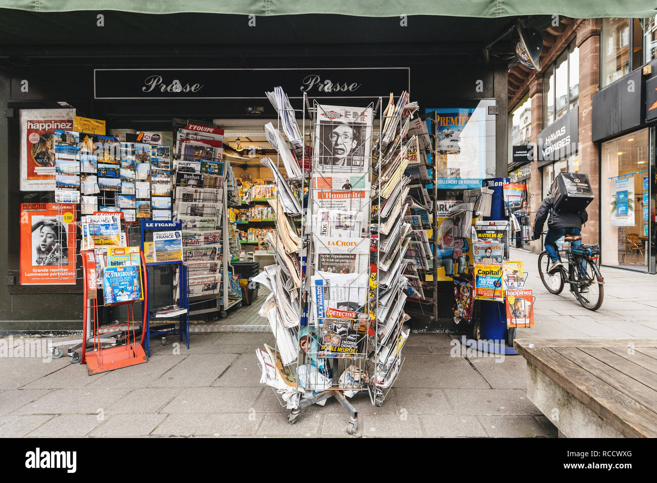 PARIS, FRANCE - MAR 15, 2018: International newspapes stack with portrait of Stephen Hawking the English theoretical physicist, cosmologist dead on 14 March 2018 on sale in Paris kisok - Stock Image