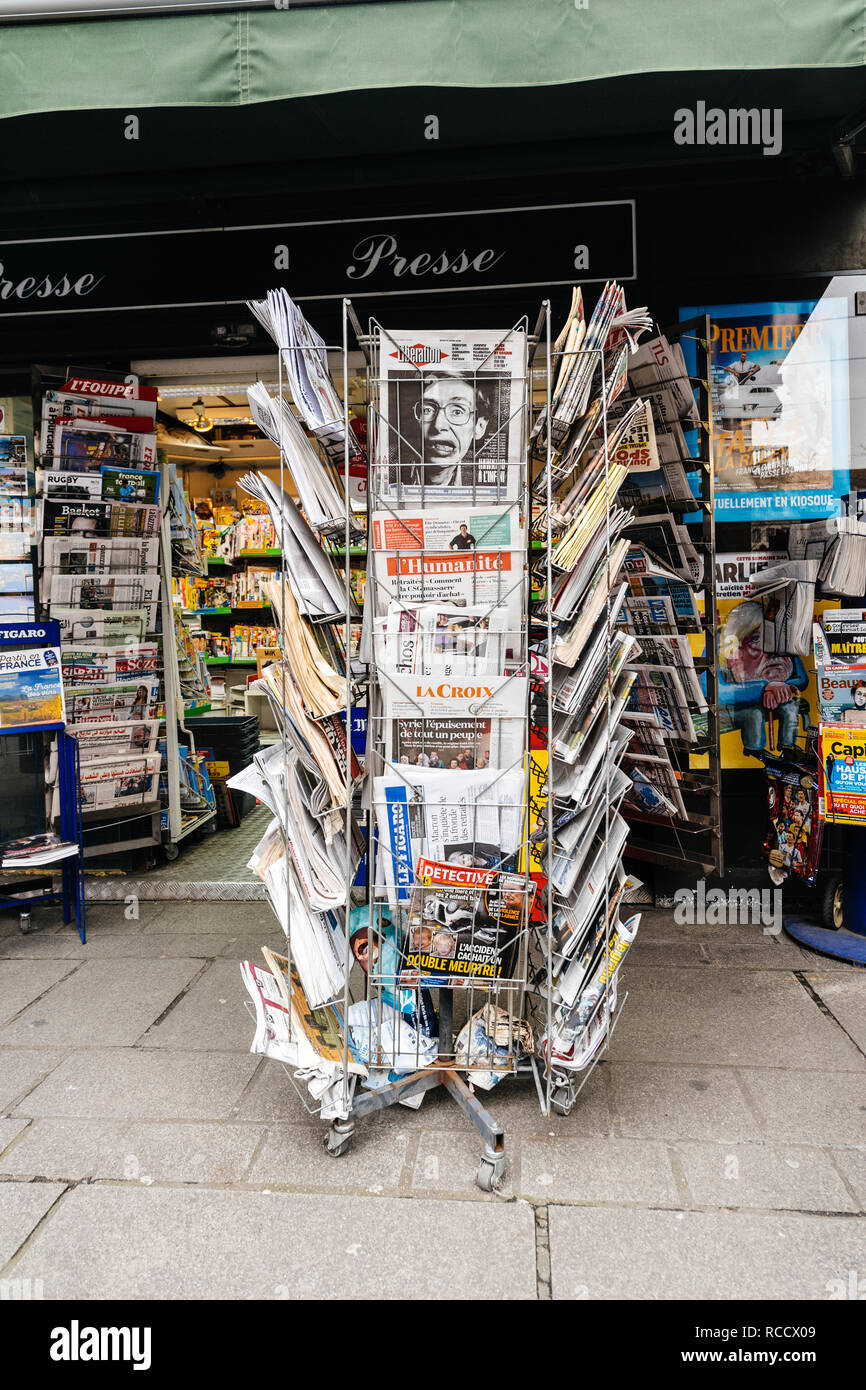 PARIS, FRANCE - MAR 15, 2018: Vertical photo International newspapes stack with portrait of Stephen Hawking the English theoretical physicist, cosmologist dead on 14 March 2018 on sale in Paris kisok - Stock Image