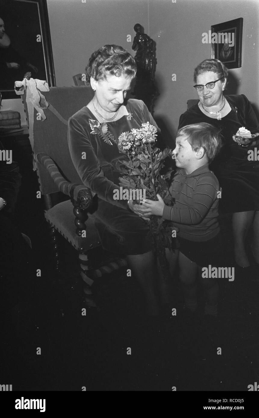 Afscheid mej. W.G.S. Alberding van Burgerweeshuis mej. Alberding krijgt bloemen , Bestanddeelnr 921-9262. - Stock Image
