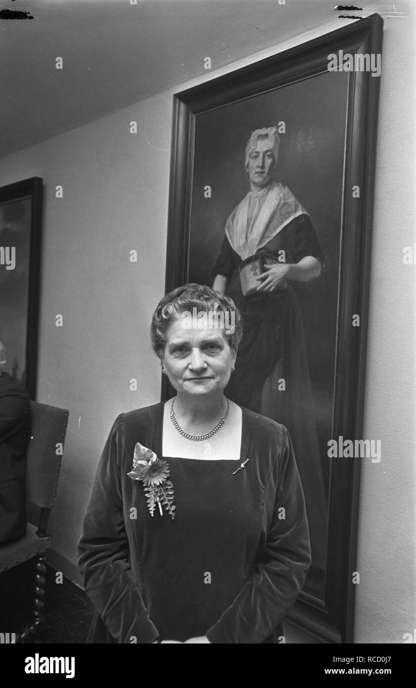 Afscheid mej. W.G.S. Alberding van Burgerweeshuis op achtergrond schilderij van , Bestanddeelnr 921-9261. - Stock Image