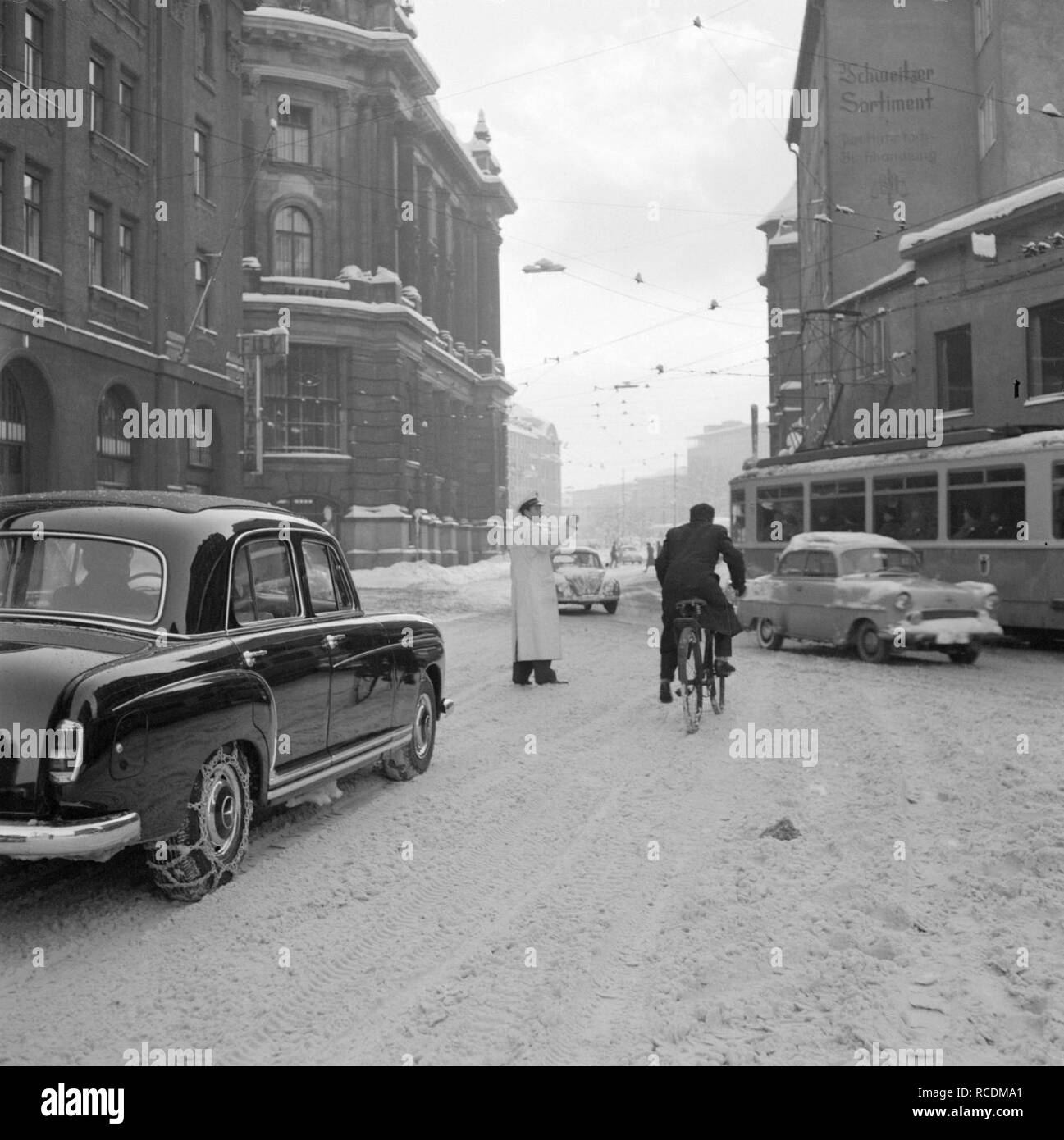 Agent regelt het verkeer in de sneeuw nabij de Lenbachplatz, Bestanddeelnr 254-3721. - Stock Image