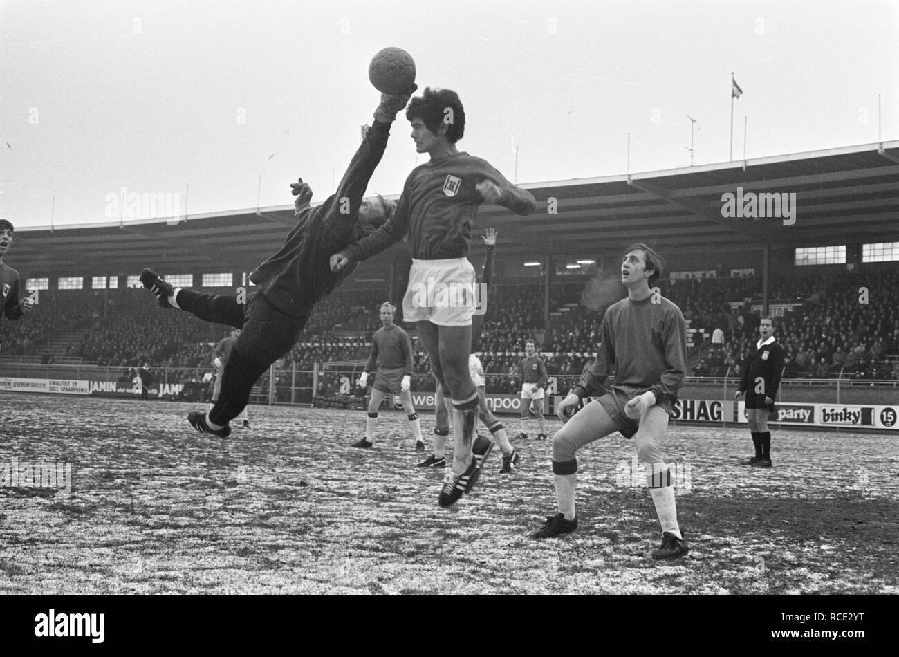 Ajax tegen AZ 67 4-0 nr. 5 keeper Schouten i.a., Bestanddeelnr 921-9418. - Stock Image
