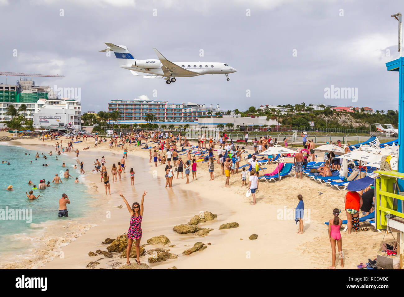 N836MF, Gulfstream G-IV, Private Jet flying in low over Moho bay into Princess Juliana airport in St Marten. - Stock Image