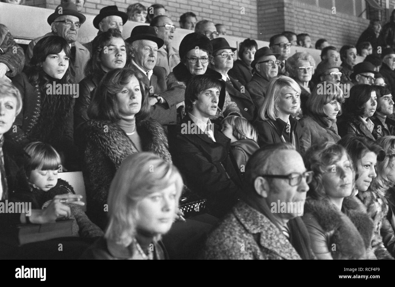 Ajax Tegen Haarlem 4 0 Johan Cruijff Met Vrouw Op Tribune