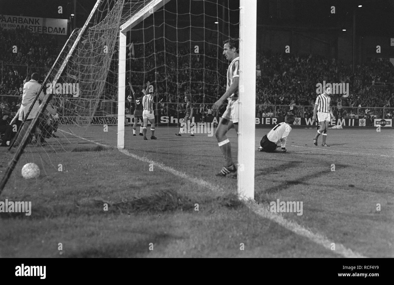 Ajax tegen Menduri Tirana 2-0, Europa Cup I, Bestanddeelnr 923-8897. - Stock Image