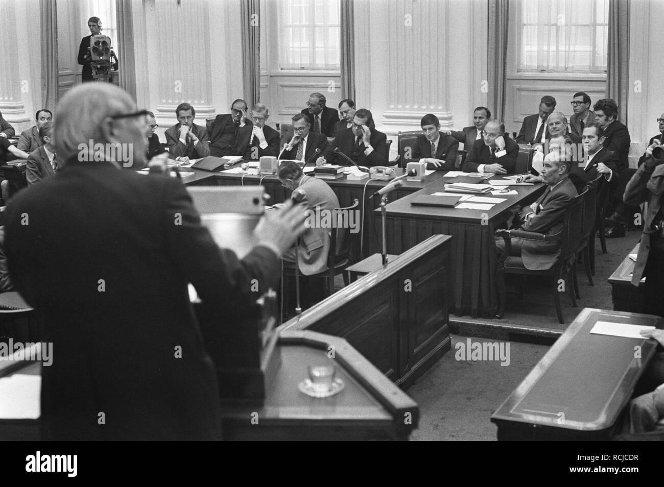 Algemene beschouwingen Tweede Kamer , voltallig Kabinet en Den Uyl op de rug, Bestanddeelnr 925-9418. - Stock Image