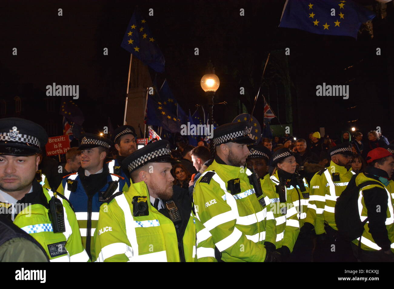 Night of the Meaningful Vote in Parliament 15th January 2019. Police keep remainders and Brexiteers apart. - Stock Image