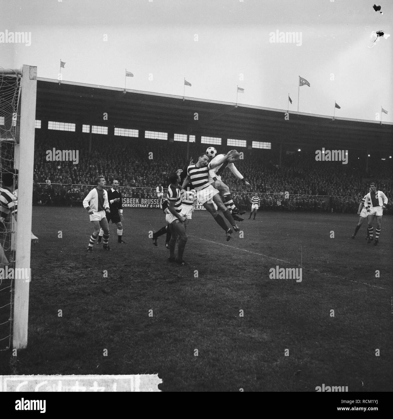 Ajax tegen Blauw-Wit 3-0, op de grond Hughes, in de lucht Roye en H Groot, Bestanddeelnr 914-4755. Stock Photo