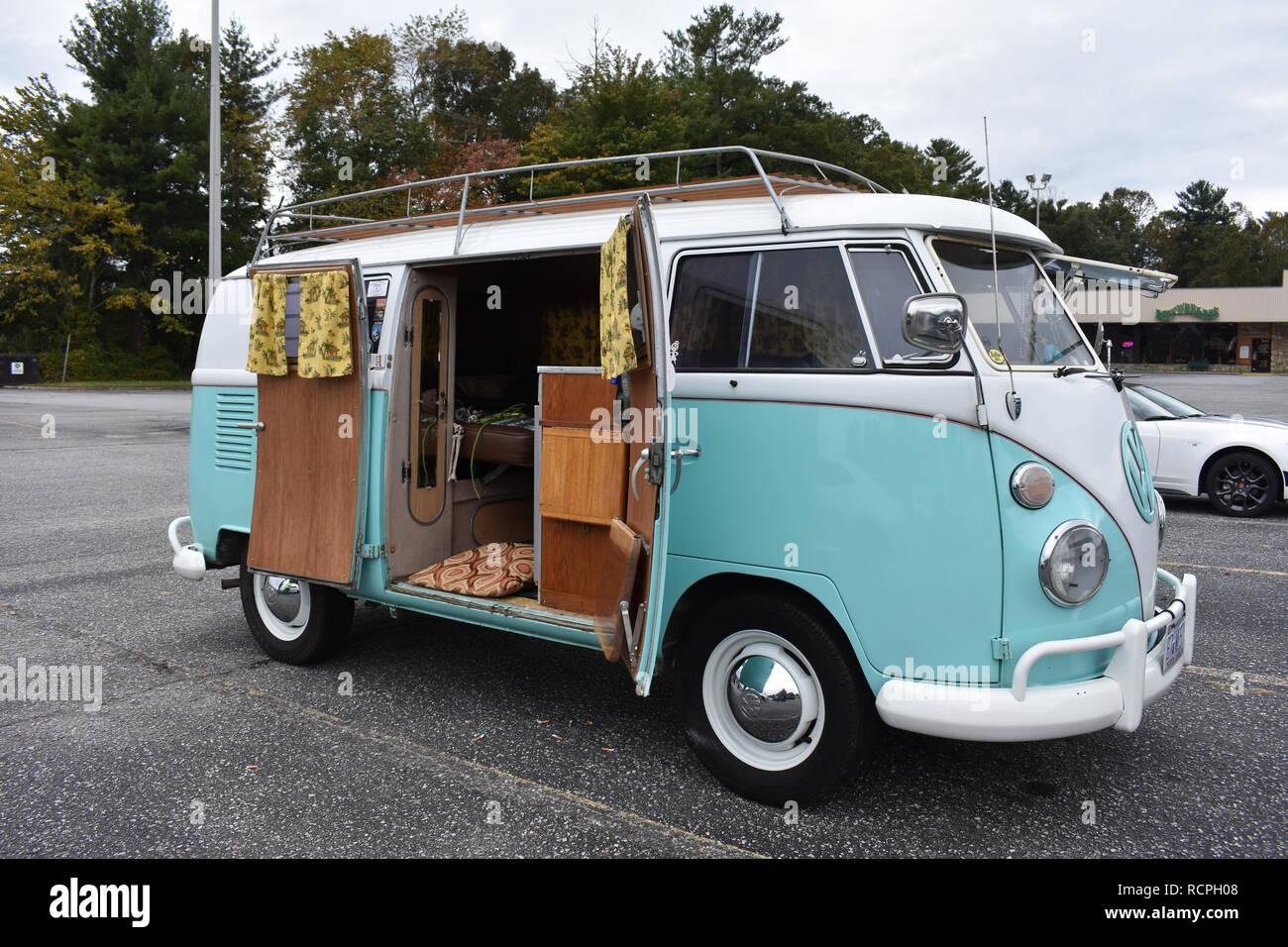 A Volkswagen microbus camper van Stock Photo: 231606936 - Alamy