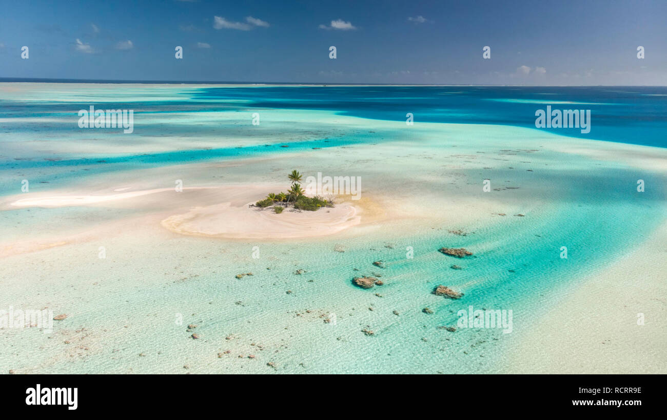 Small Island in Rangiroa atoll, Tuamotu, French Polynesia - Stock Image