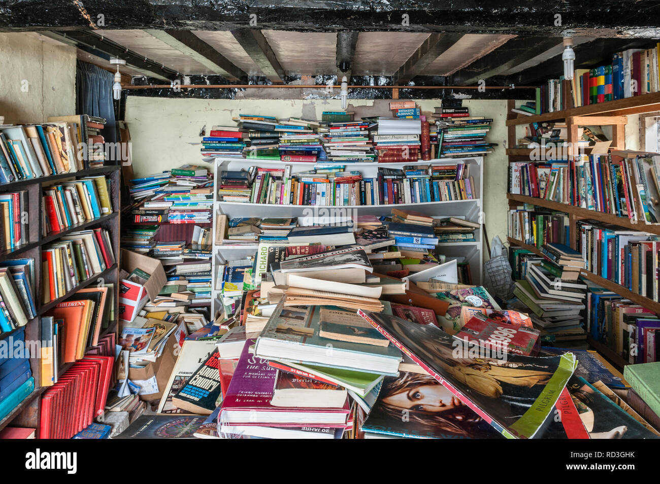 Presteigne, Powys, UK. The cluttered interior of a secondhand bookshop in this small Welsh border town - Stock Image