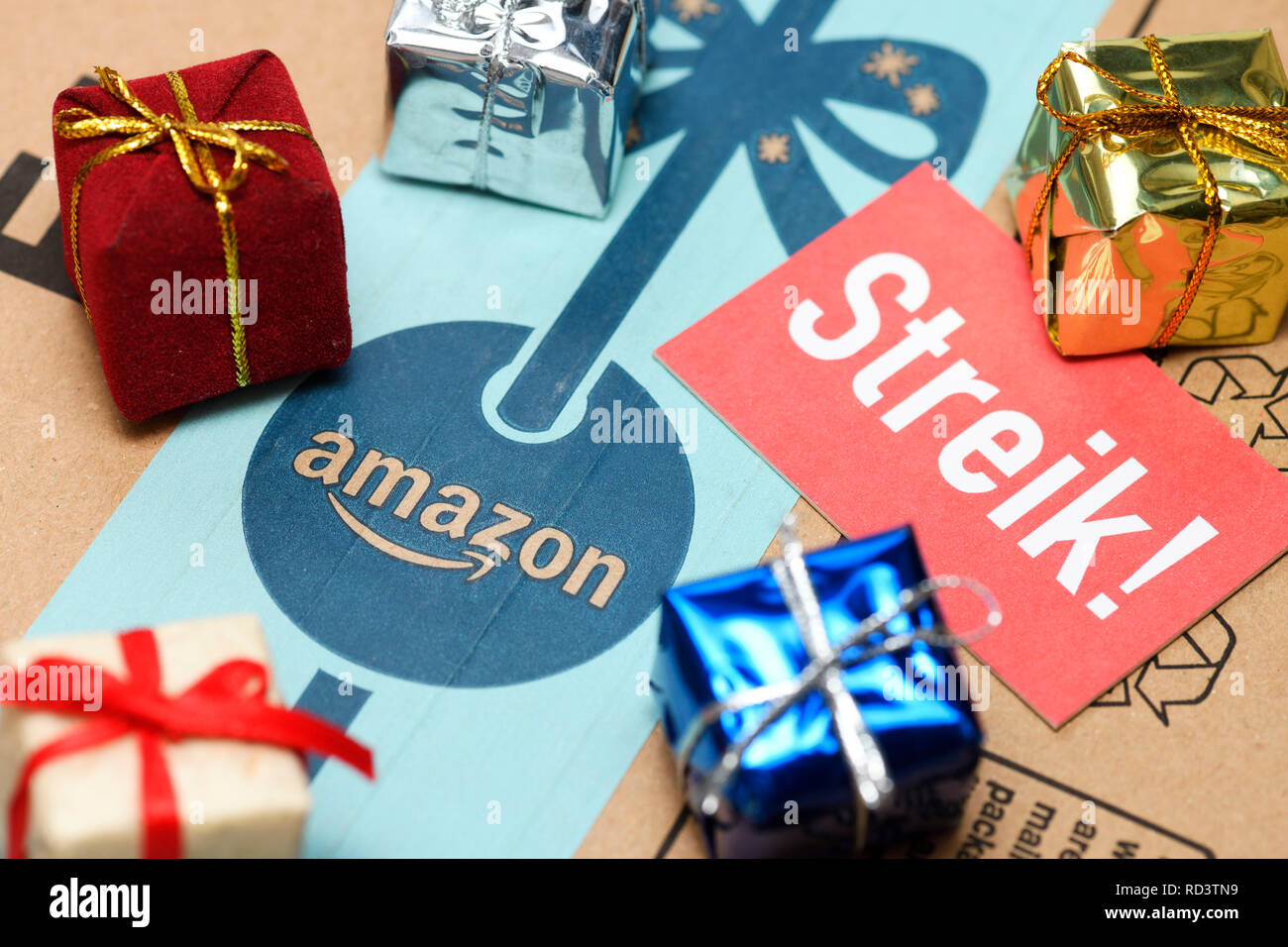 Strike sign and presents on Amazon package, Streik-Schild und Geschenke auf Amazon-Paket Stock Photo