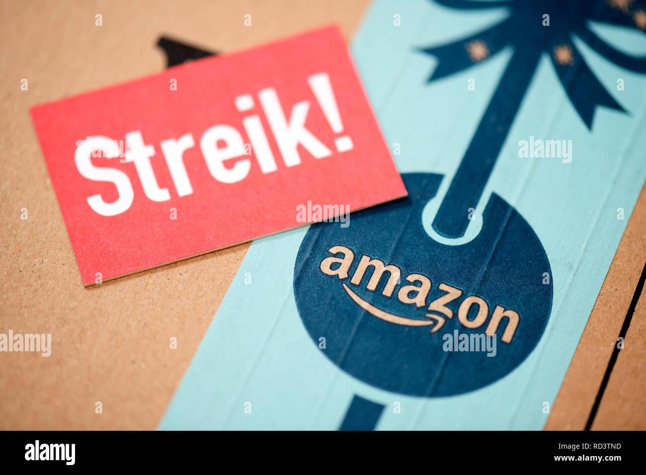 Strike sign on Amazon package, Streik-Schild auf Amazon-Paket - Stock Image