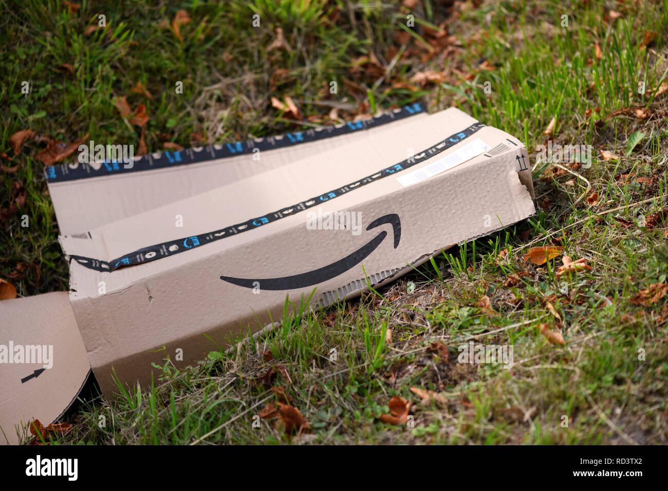 Dispatch cardboard of on-line trader amazon lies in the roadside ditch, Versandkarton von Onlinehändler amazon liegt im Straßengraben - Stock Image