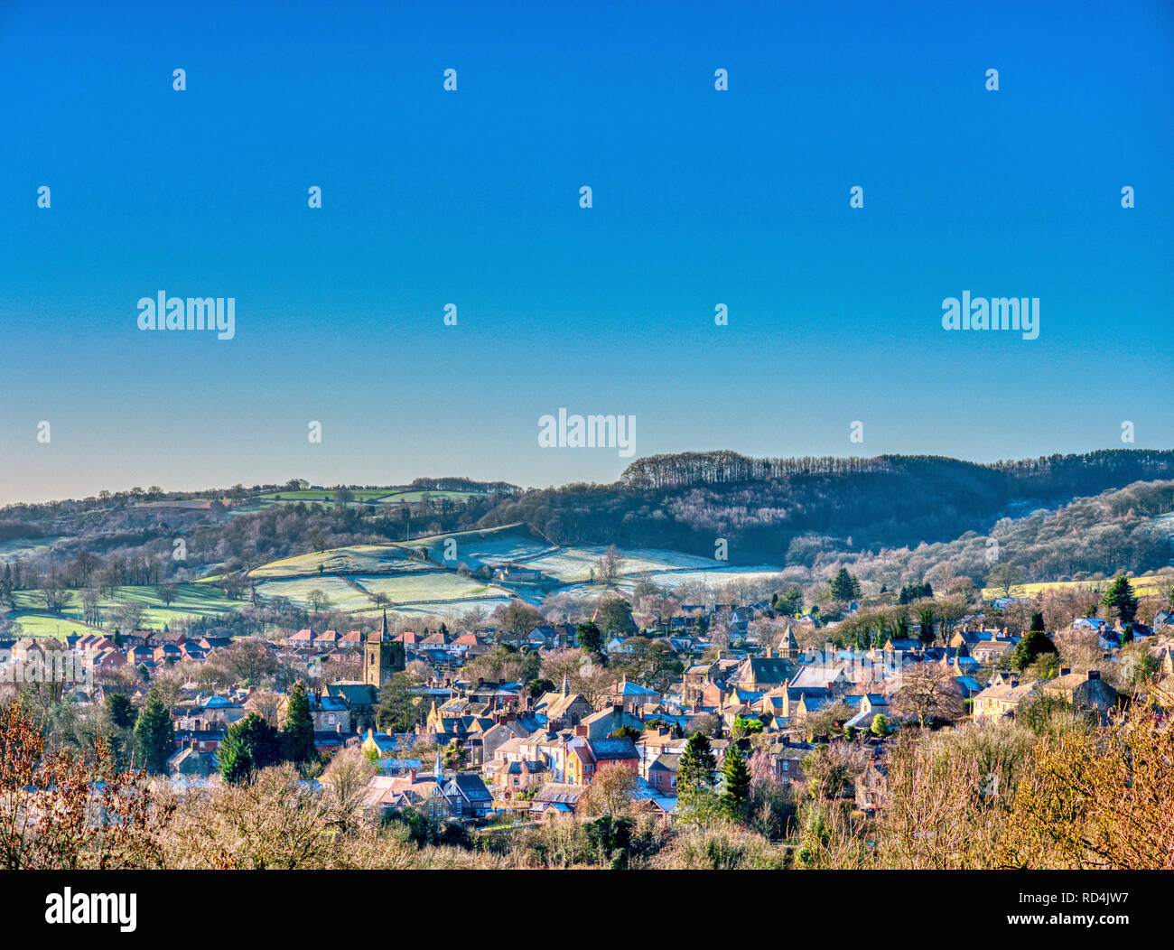 Wirksworth, Derbyshire, Peak District National Park, UK. 17th January, 2019. UK Weather: cold bright blue skies & dusting of snow on the roof tops over Wirksworth in the Derbyshire Dales, Peak District National Park Credit: Doug Blane/Alamy Live News  - Stock Image