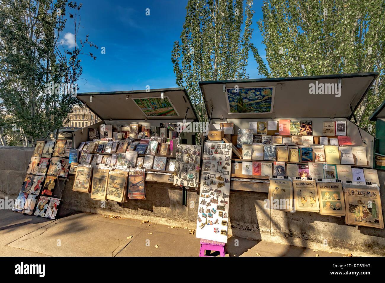 Bouquinistes de Paris along the Banks of The River Seine ,a green painted kiosk selling second hand  books ,magazines and prints, Quai De Conti ,Paris - Stock Image