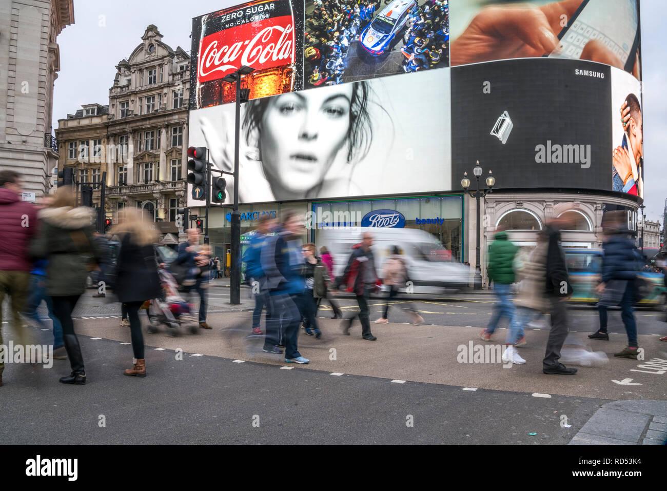 Fussgänger am Piccadilly Circus, London, Vereinigtes Königreich Großbritannien, Europa |  pedestrian crossing, Piccadilly Circus, London, United Kingd Stock Photo
