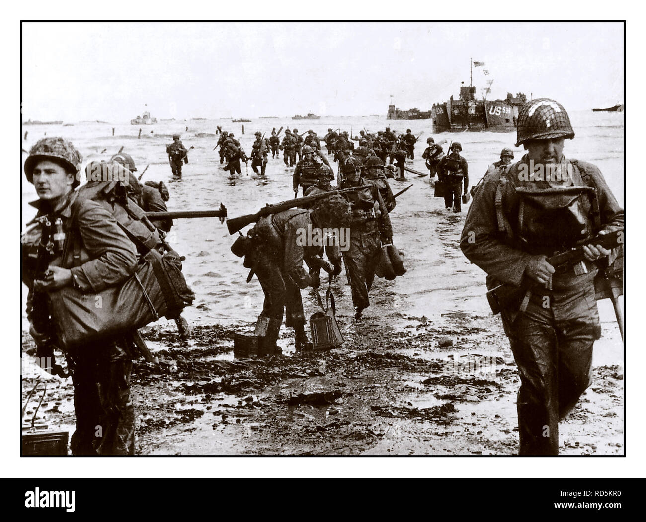 D-DAY OMAHA BEACH NORMANDY FRANCE U.S.Army GI soldiers  reinforcements land on Omaha beach during the Normandy D-Day landings near Vierville sur Mer, France, on June 6, 1944 - Stock Image