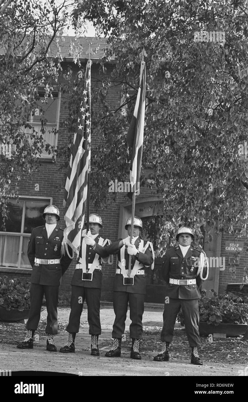 Amerik. vlag wordt gehesen vliegbasis Woensdrecht installatie eerste Amerik. mil, Bestanddeelnr 933-7770. Stock Photo