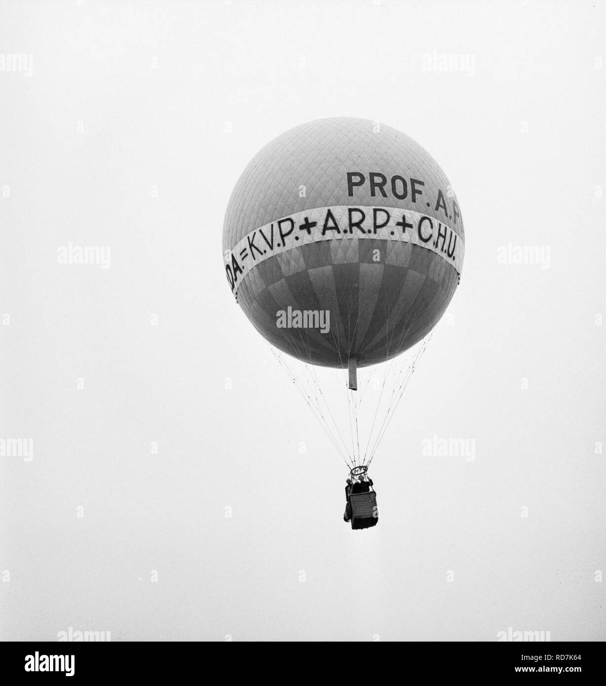 Andriessen (KVP) maakt ballontocht in Castricum Andriessen de lucht in met CDA-, Bestanddeelnr 927-2127. Stock Photo