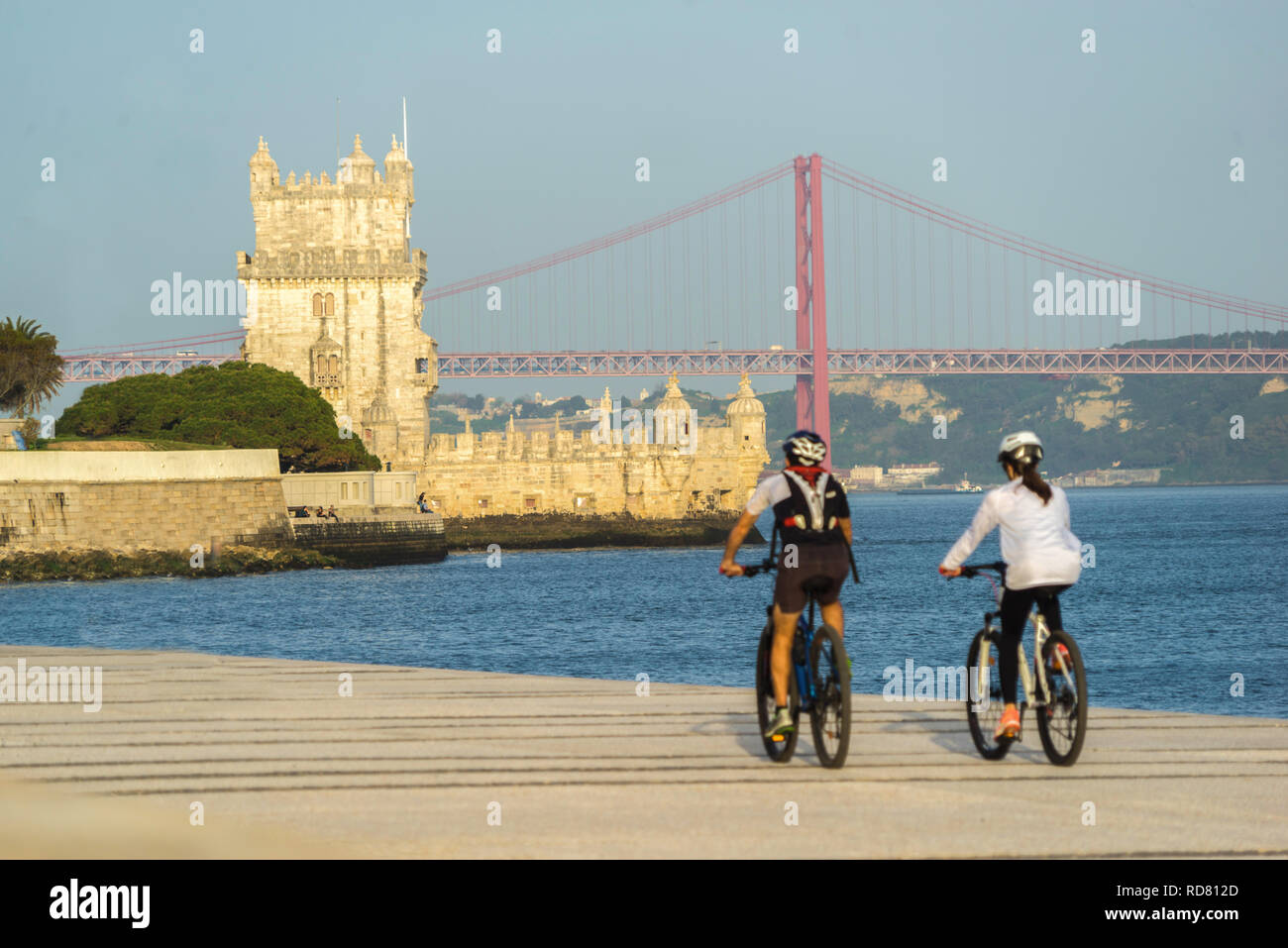 Lisbon, sportive people by the Tejo river - Stock Image