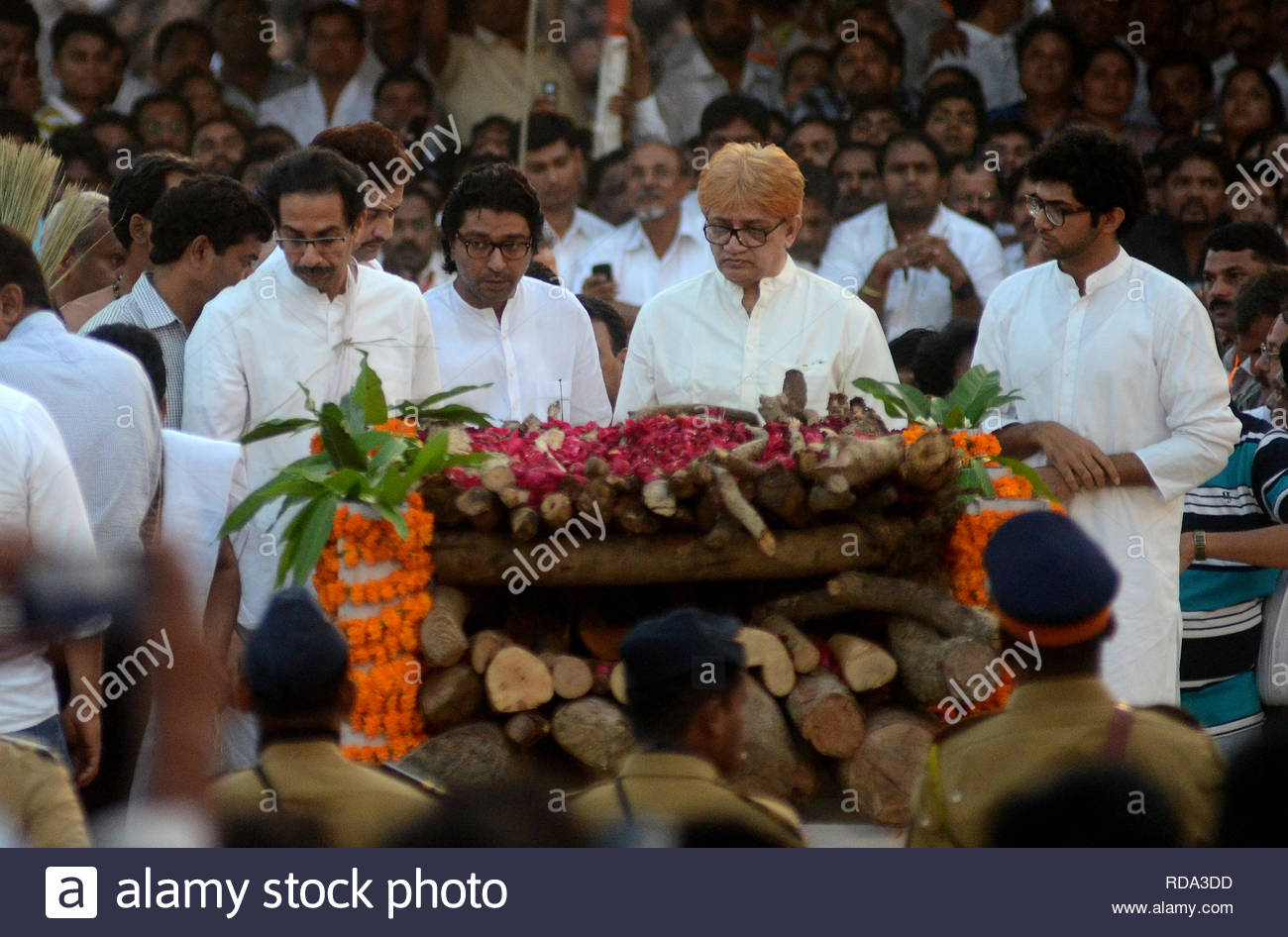 Shiv Sena Executive president Uddhav Thackeray, MNS Chief Bal Thackeray, Jaidev Thackeray perform the final rites to the body of their father and uncle respectively, Shiv Sena supremo Bal Thackeray, in Mumbai, India on November 18, 2012. The 86-year old Thackeray who founded the Shiv Sena in 1966 to fight for the rights of Maharashtrians, died after prolonged illness. He was suffering from lungs and pancreatic ailments and had been put on life support system for the last few days. (Srinivas Akella/SOLARIS IMAGES) (Shripad Naik/SOLARIS IMAGES) - Stock Image