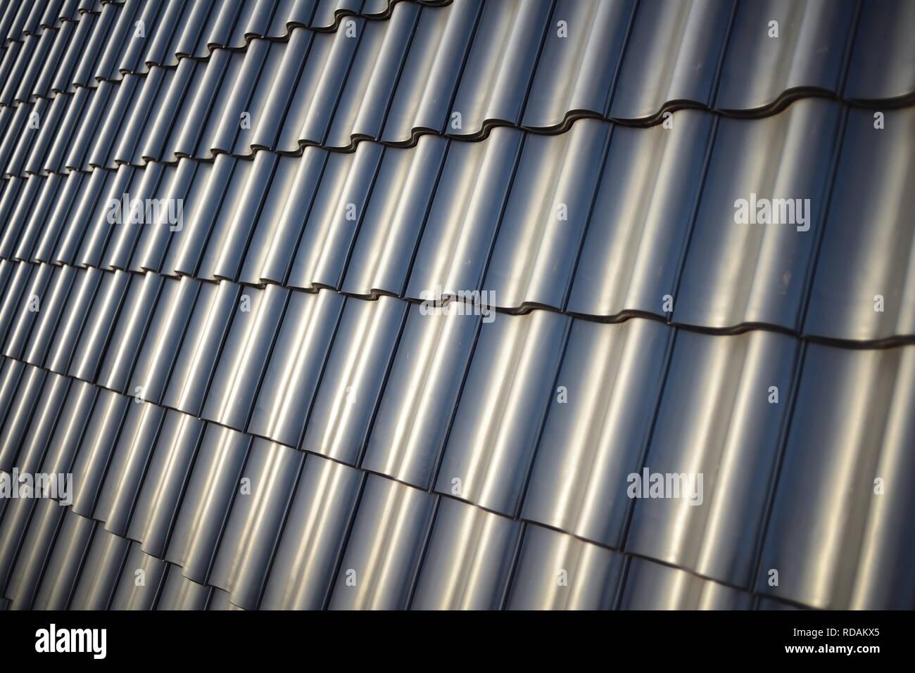 Premium Hintergrund für Dachdecker. Dachziegel auf neuem Hausdach. Traditionelle Dachhandwerk Baustelle Herbst Winter. Foto schwarz weiß - Stock Image
