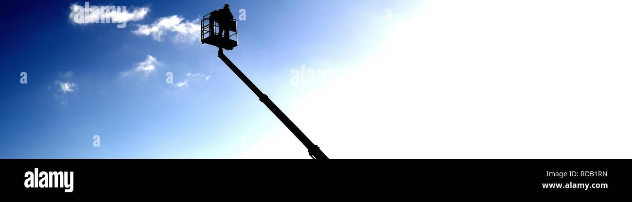Scheren Hubarbeitsbühne vor freiem Wolken Himmel in Europa als Platzhalter mit Text Freifläche - Stock Image