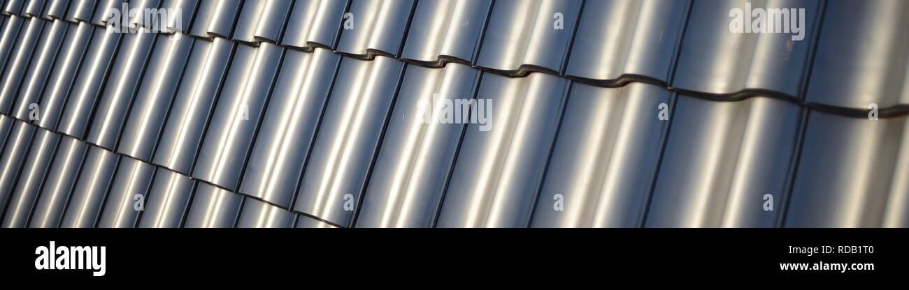 Dachziegel Referenz Platzhalter im Webdesign mit parallax Hintergrund Technologie zeigen im Dachdecker Handwerk als fertiges Hausdach - Stock Image