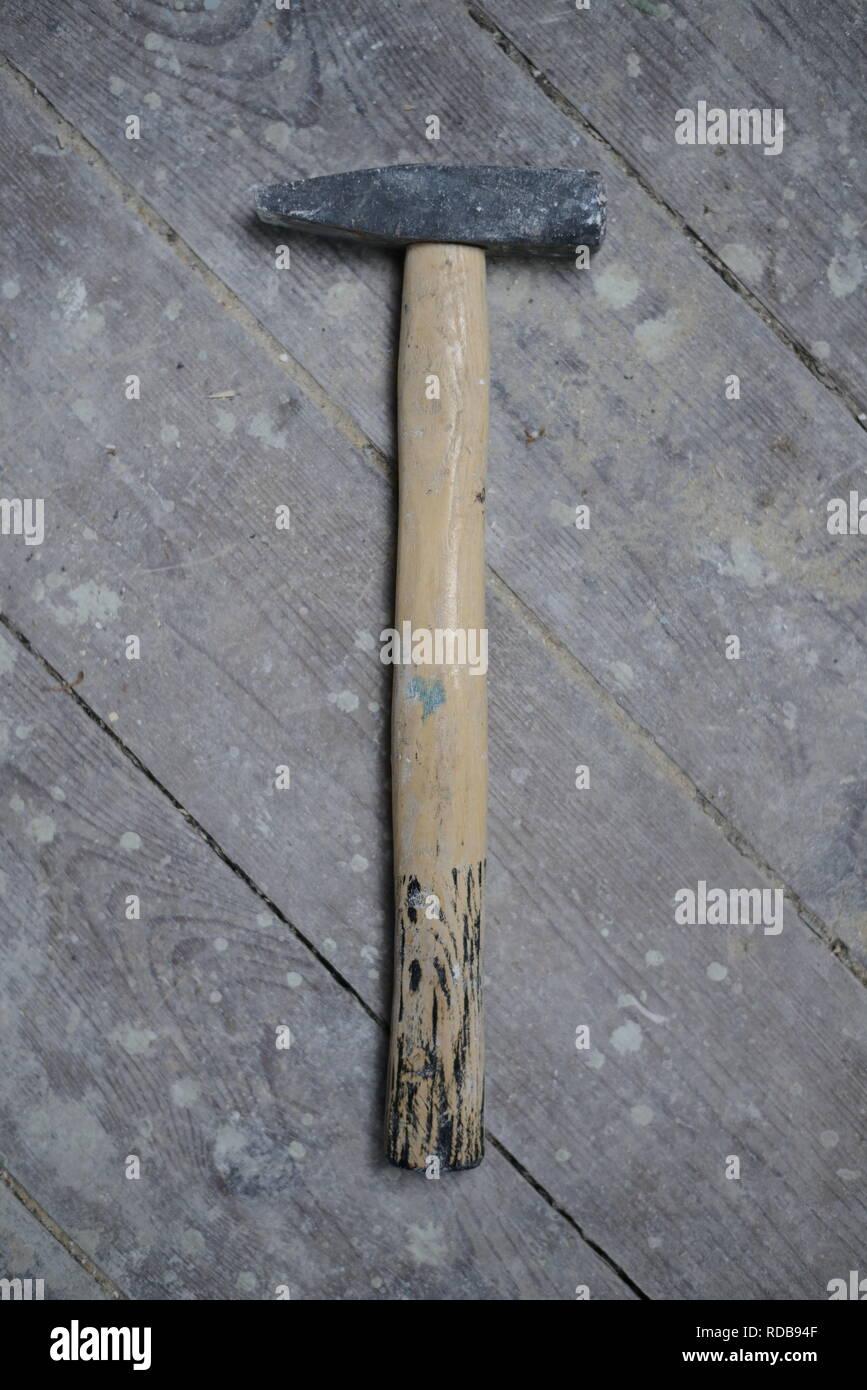 alter harter Holz Hammer auf altem Fußboden, Hintergrundbild für Handwerker Instandsetzung, Deutschland 1950 - Stock Image