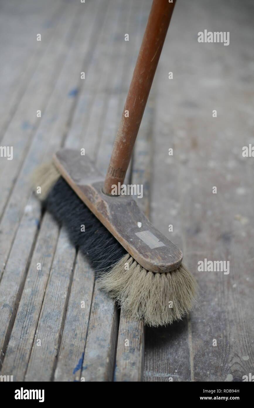 Alter Besen zum sauber Ausfegen, Haushalt 50er Jahre Hausfrau Deutschland Stock Photo