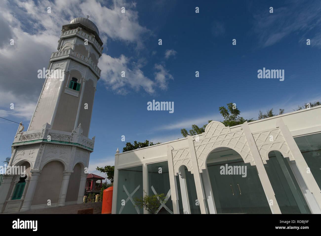MASJID BAITURRAHIM ULEE LHEUE MEURAXA Masjid Baiturrahim, terletak di Ulee Lheue, Kecamatan Meuraxa, Banda Aceh. Masjid ini dibangun oleh Teuku Teungo Stock Photo