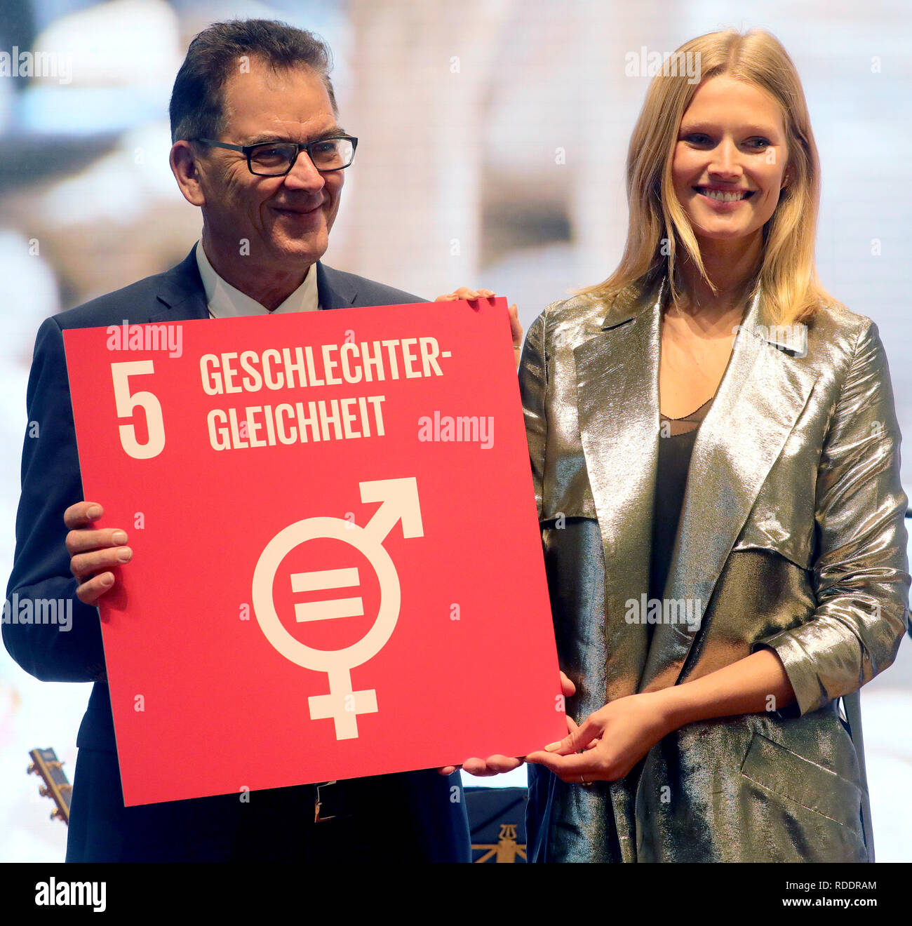 """Berlin, Germany. 18th Jan, 2019. Gerd Müller (CSU), German Development Minister, and photo model Toni Garrn are taking part in an event at the International Green Week under the motto: """"EINEWELT ohne Hunger ist möglich - mit fairem Einkauf und fairer Produktion"""" (""""ONE World without Hunger is Possible - with Fair Shopping and Fair Production""""). The fair for food, agriculture and horticulture took place for the first time in Berlin in 1926. The partner country this year is Finland. Credit: Wolfgang Kumm/dpa/Alamy Live News Stock Photo"""