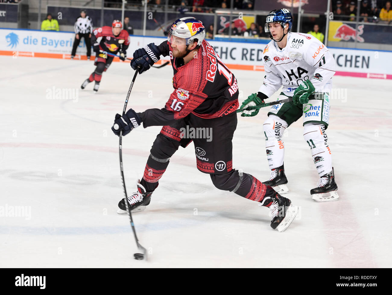 18 January 2019, Bavaria, München: Ice hockey: DEL, EHC Red Bull Munich - Augsburger Panther, main round, 40th matchday at the Olympic Ice Sport Centre in Munich. Konrad Abeltshauser (l) of Munich and Adam Payerl of Augsburg fight for the puck. Photo: Tobias Hase/dpa - Stock Image