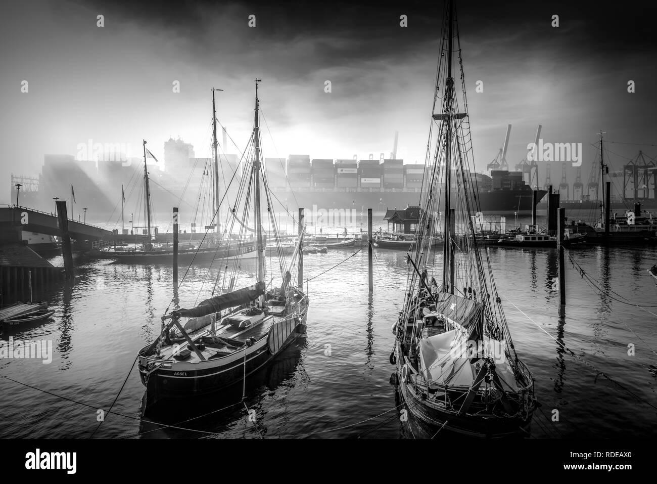 Deutschland, Hamburg, Elbe, Hafen, Övelgönne, Museumshafen, Container, Containerschiff Stock Photo
