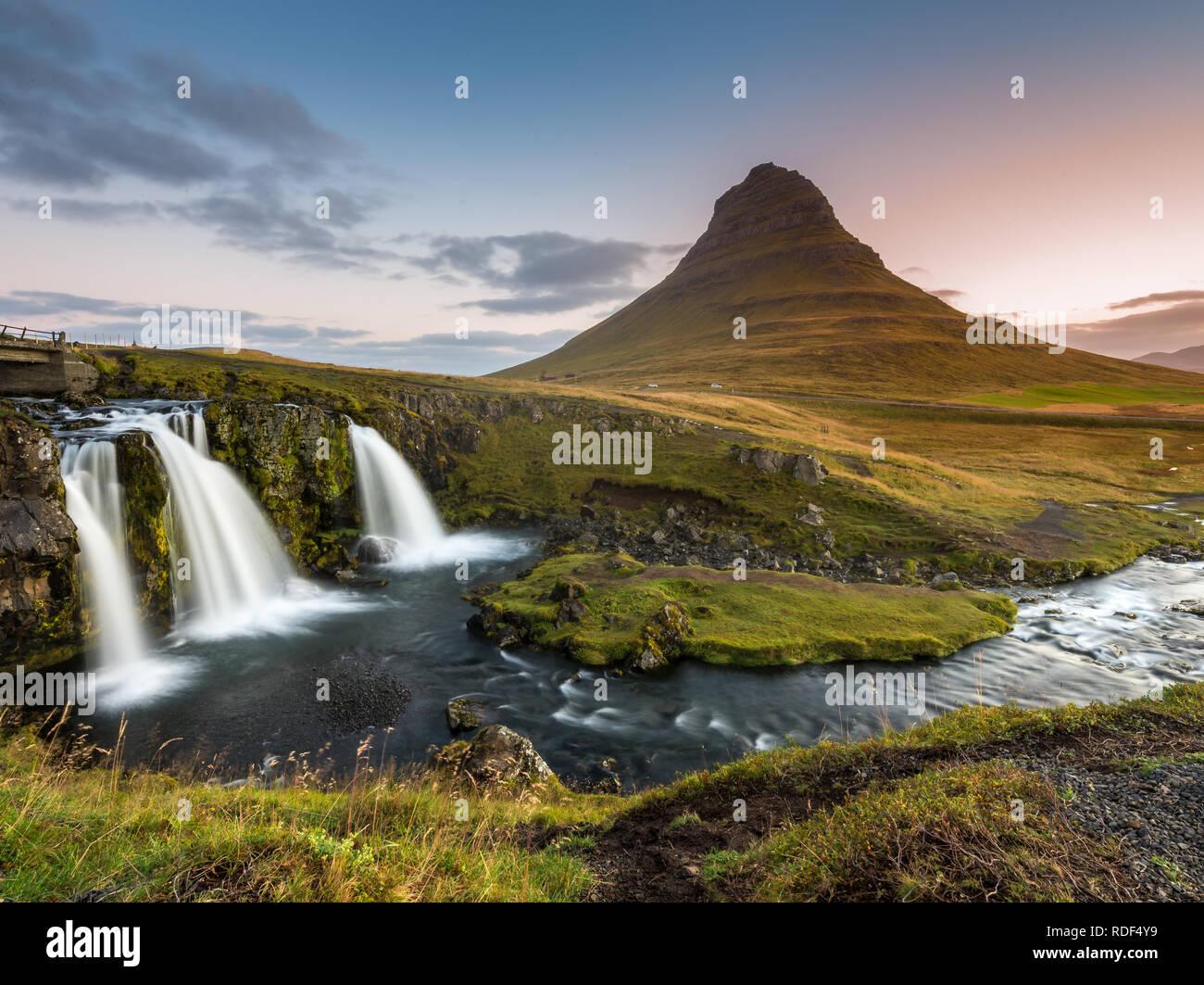 Langzeitbelichtung des Kirkjufellsfoss Wasserfalls auf der Snaefellsnes Halbinsel - Stock Image