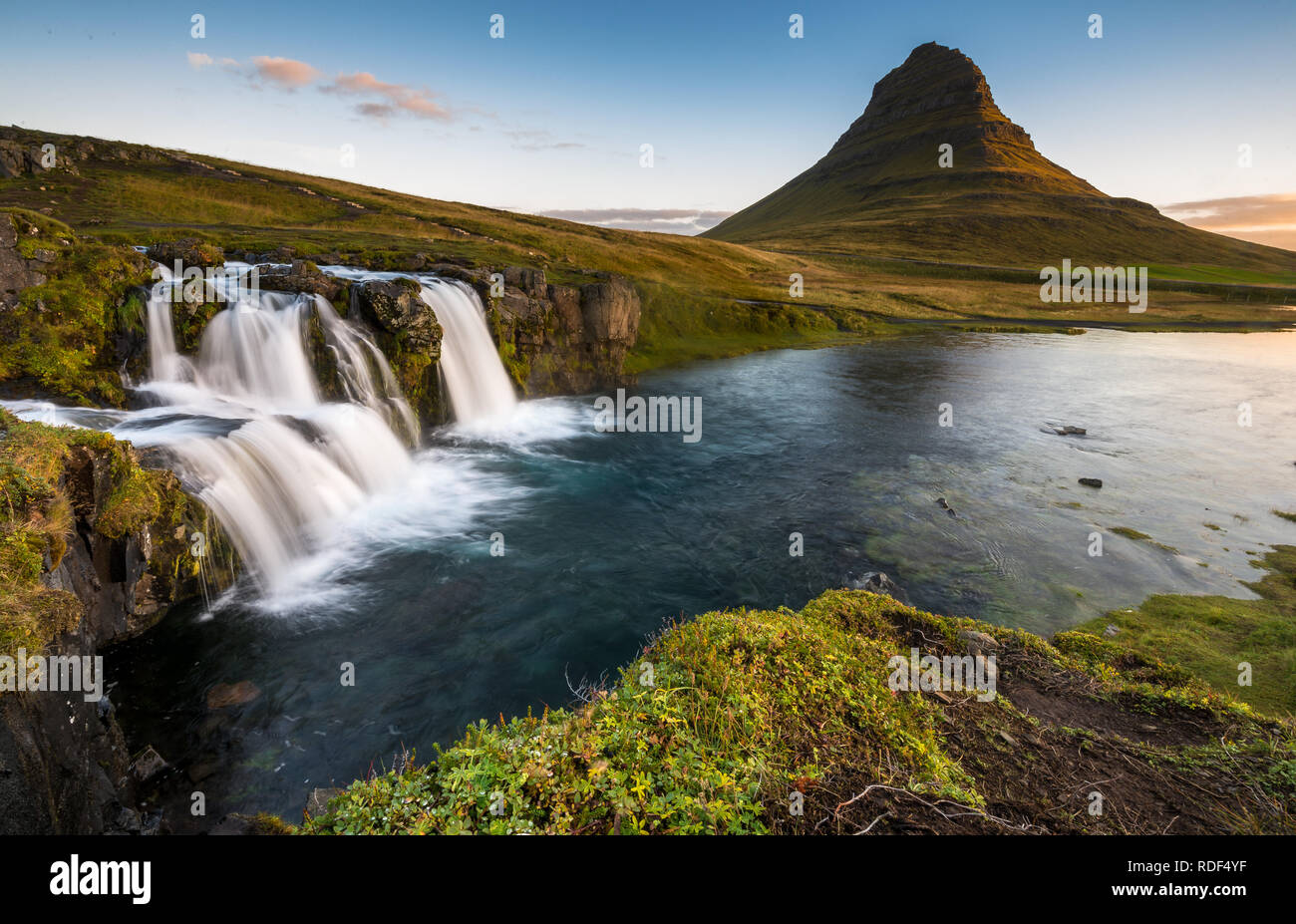 Berühmter Wasserfall des Kirkjufellsfoss bei Grundafjördur auf der Snaefellsnes Halbinsel - Stock Image
