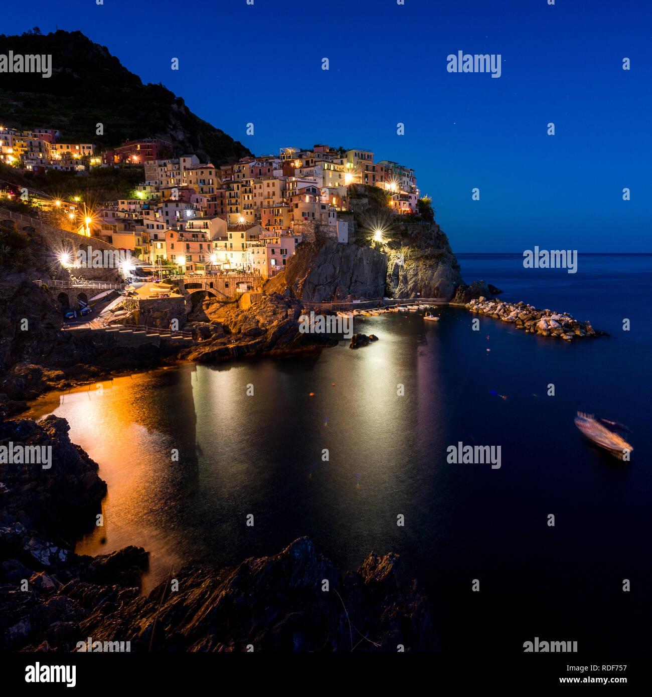 Blaue Stunde über der Bucht von Manarola, Cinque Terre - Stock Image