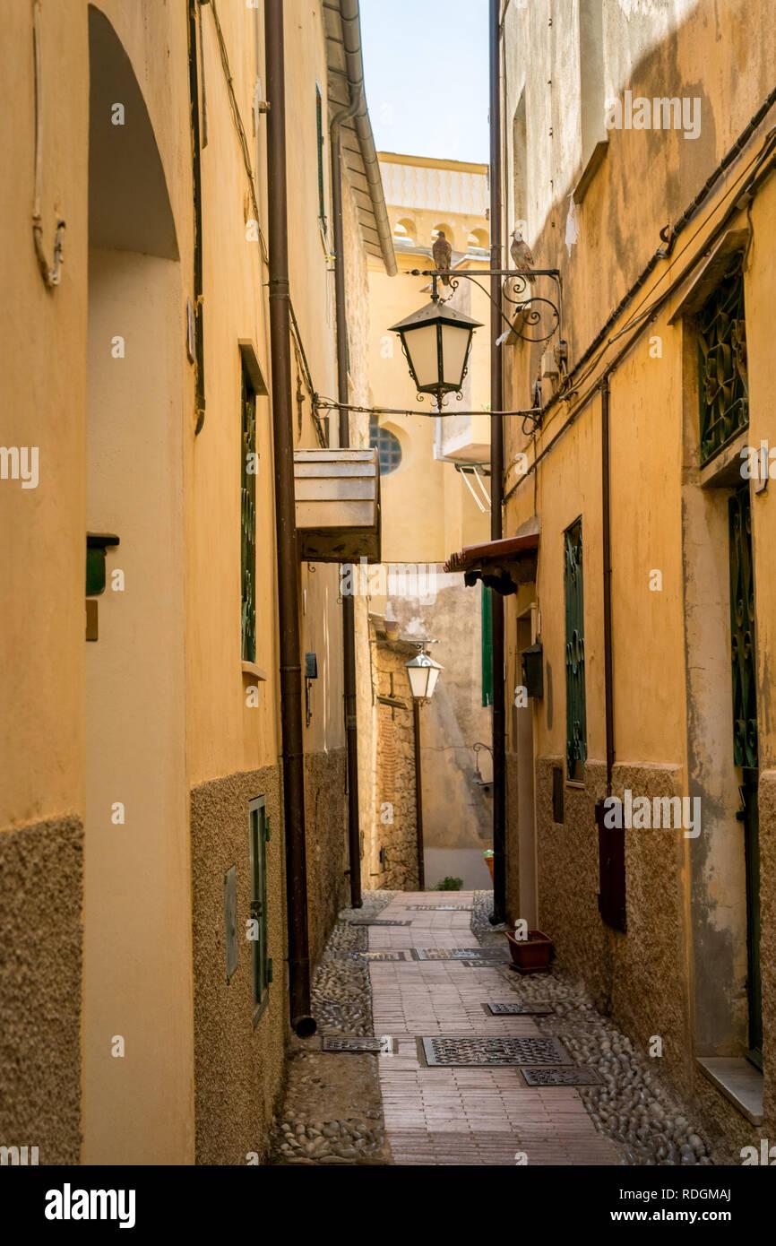 Idyllische Strasse mit Laternen in Cervo, Riviera di Ponente, Liguria, Italy Stock Photo