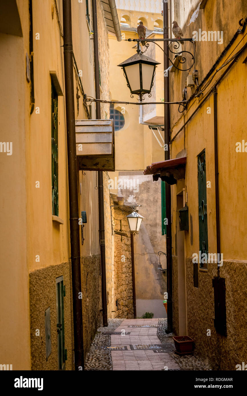 Idyllische Gasse mit Laternen in Cervo, Riviera di Ponente, Liguria, Italy Stock Photo