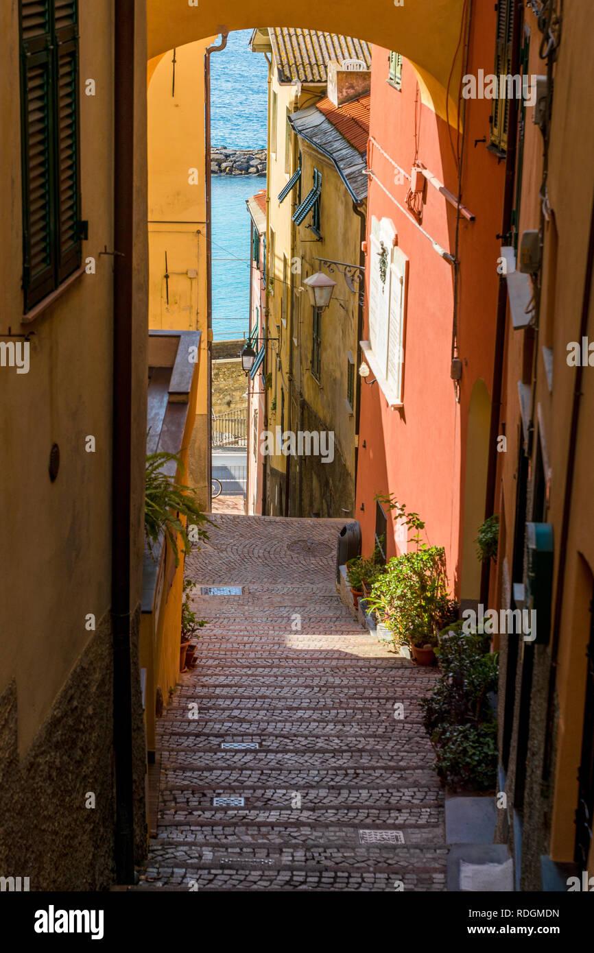 Steile Gasse in Cervo, Riviera di Ponente, Liguria, Italy Stock Photo