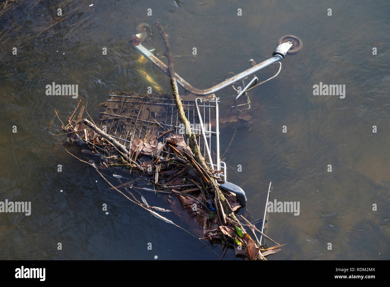 Supermarket trolley dumped in a river, uk - Stock Image