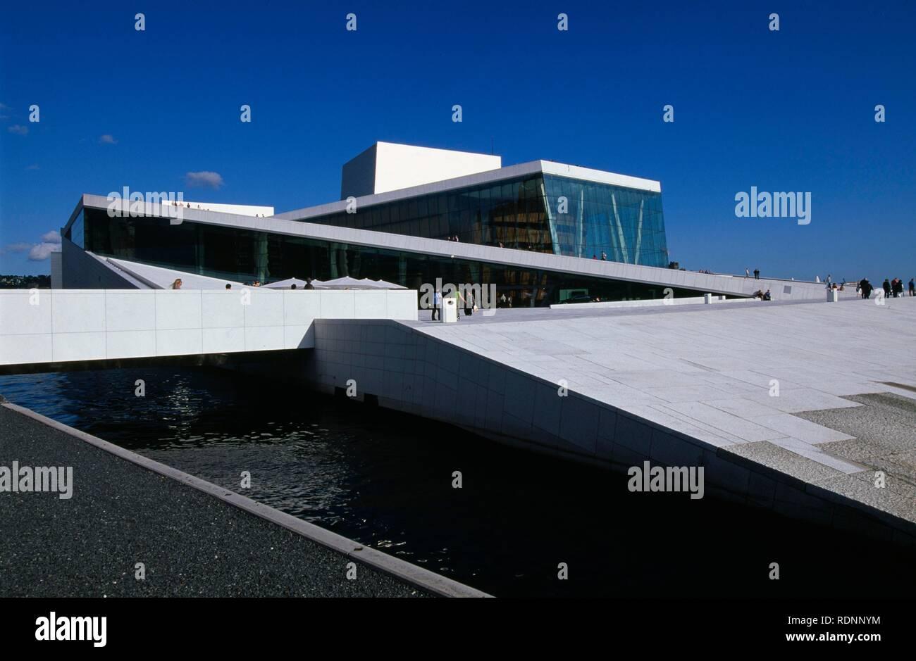 Operahuset opera house, built by the Snrhetta architect's office in the Bjørvika Sund, Oslo, Norway, Europe - Stock Image