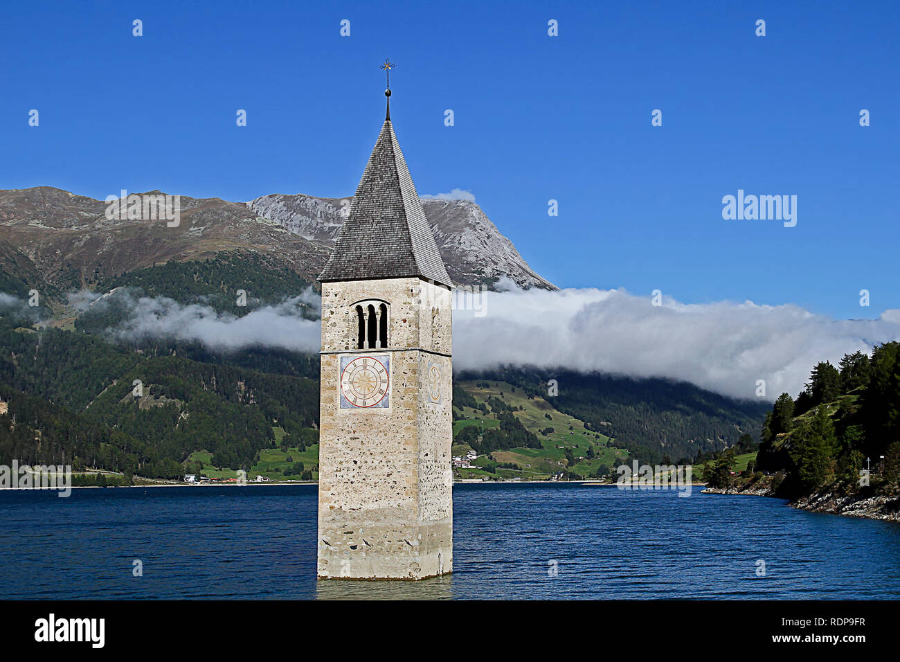 Nauders is picturesquely embedded in a high valley above the Inntal. View of the sunken church - Stock Image