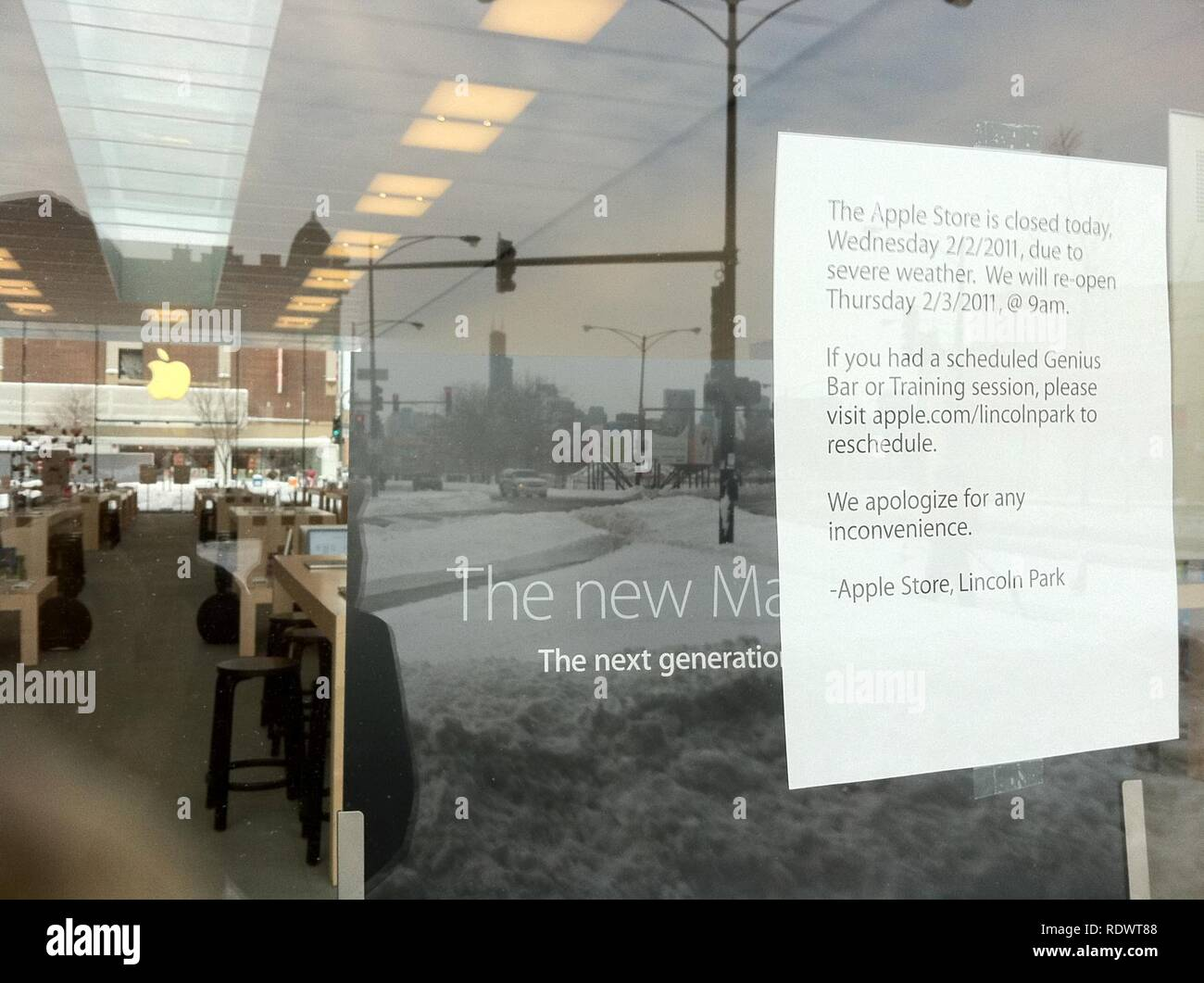 Apple Store Closed during Storm Feb 2 2011. - Stock Image