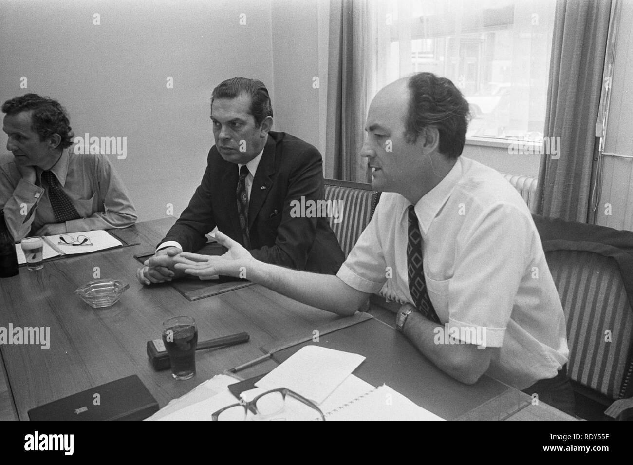 ARP-fractie vergadert ivm kabinetscrisis, Premier Biesheuvel (links) en fract, Bestanddeelnr 925-7495. Stock Photo