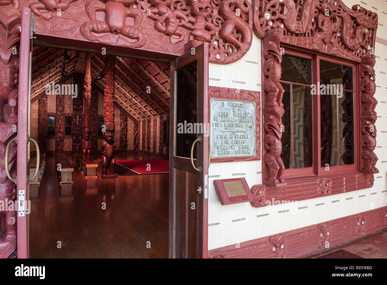 Te Whare Rūnanga (the House of Assembly). The Waitangi Treaty Grounds is the place where Maori chiefs first signed their accord with the British Crown Stock Photo